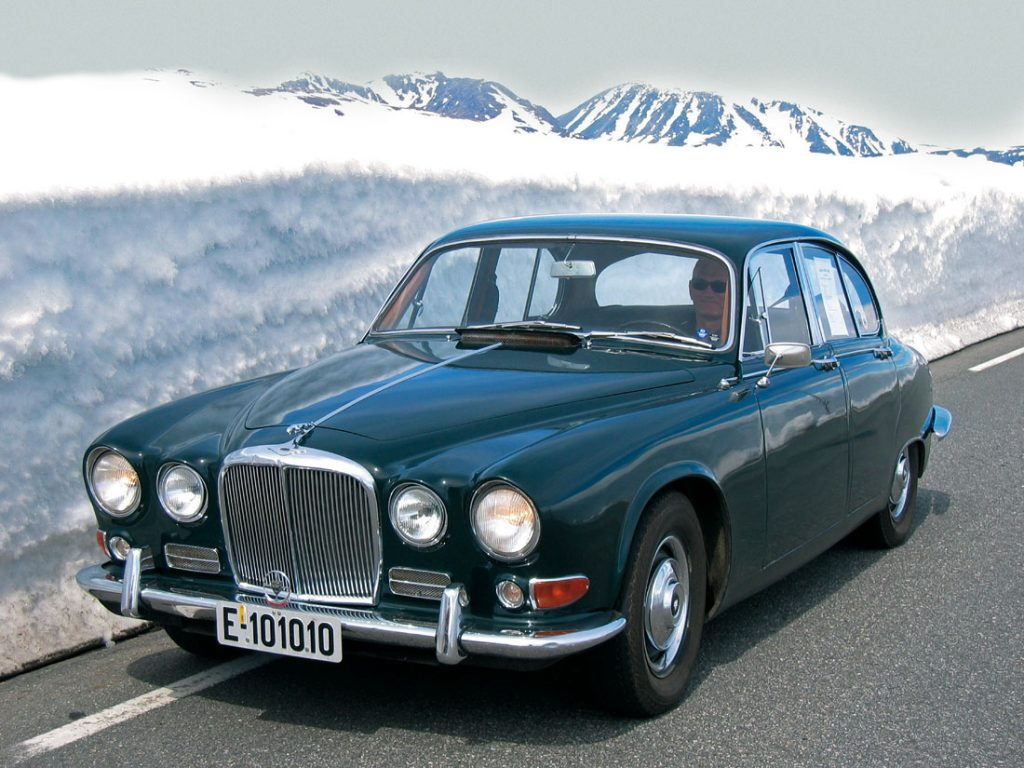 Sjelden bil: 1967 Jaguar 420 på vei over fjellet ved Suleskaret.
