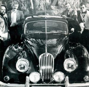 Klubbens første styre rundt Fred Ljones XK140: Fra venstre Øyvind Schømer, Ola Moum, Fred Ljone og Peter Schjølberg, tidl. Dahl. Dagfinn var ikke tilstede da bildet ble tatt.