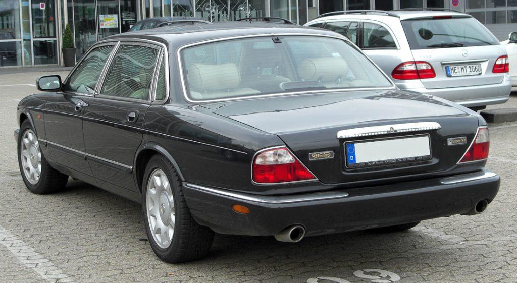 Daimler X308: Elegant stjert, og foran skjuler det seg en V8'er under panseret.