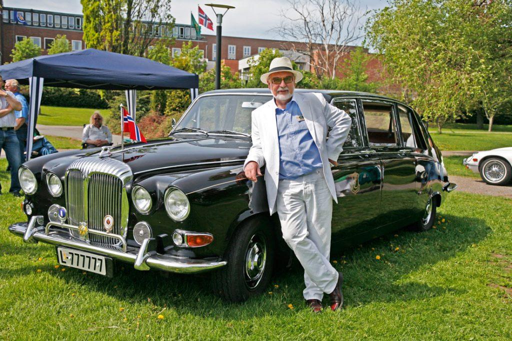 Wilfred Liljeroos driver bryllupskjøring med sin DS Daimler 420 Limousine.