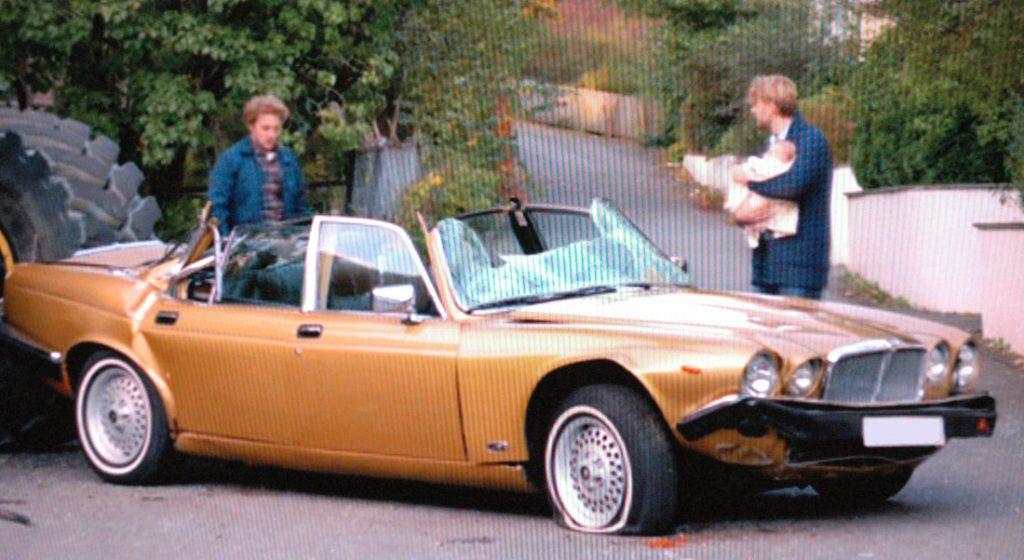 Dette bildet er fra en usmakelig reklamefilm der en hjullaster lemlestet en XJ Serie 3. Vi viser det som en påminnelse om at selv Jaguarer kan komme ut for verdens ondskap.