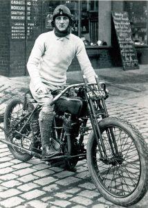 William Lyons  på sin Harley-Davidson på 20-tallet. Innfelt: Eksempler på Swallow Sidecars.