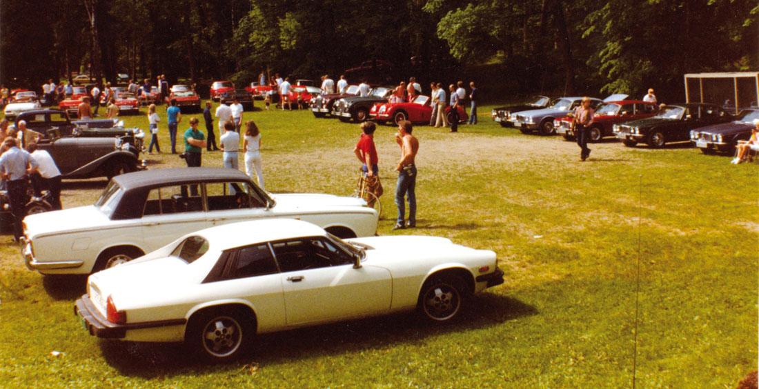 Sommermøtet 1983 på Strand. Vi skimter Victor Brustads Rolls Royce, Erik Gjertsens XJS og Terje Gaaruds XK140.