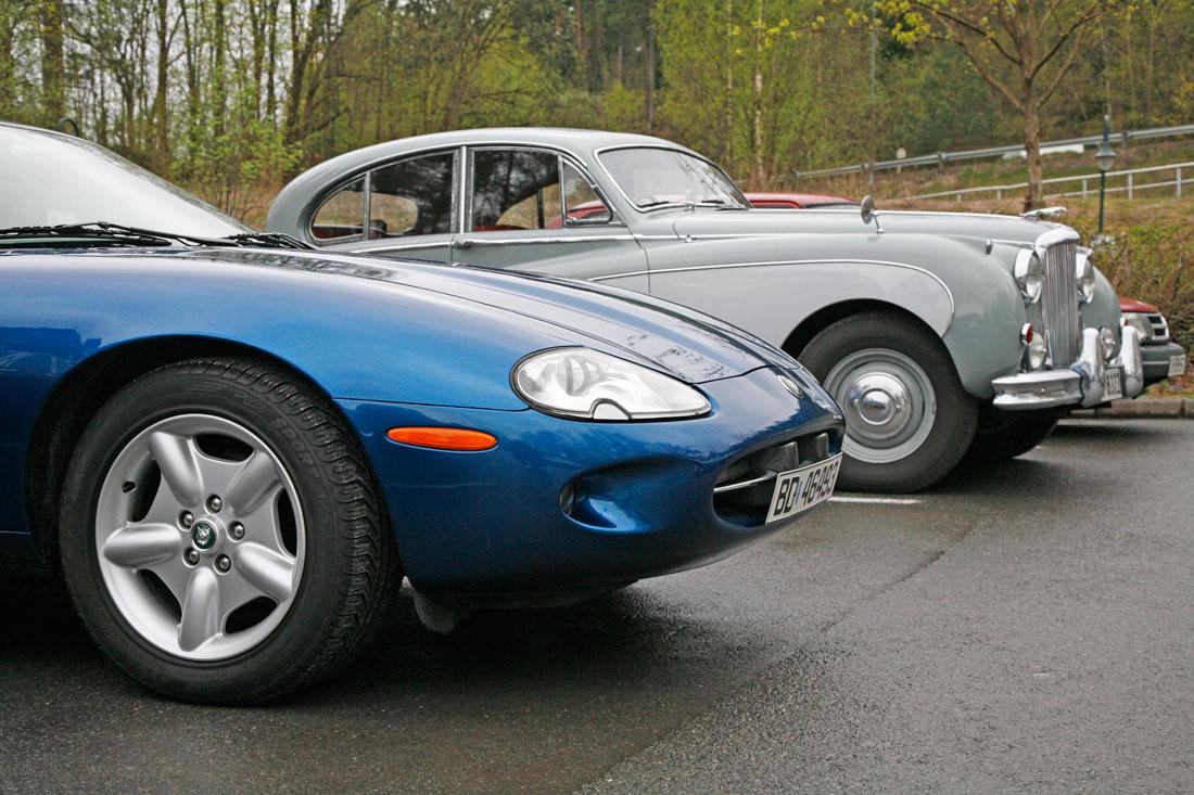 Jaguar XK8 i herlig kontrast til en Mark VIII fra sent 50-tall, sett på Vårmønstringen i 2008.
