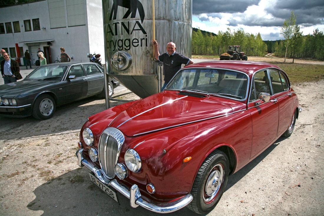 """Daimler V8. Denne bilen har deltatt i løpet """"Scottish Malts"""" og passer godt foran et norsk bryggeri!"""