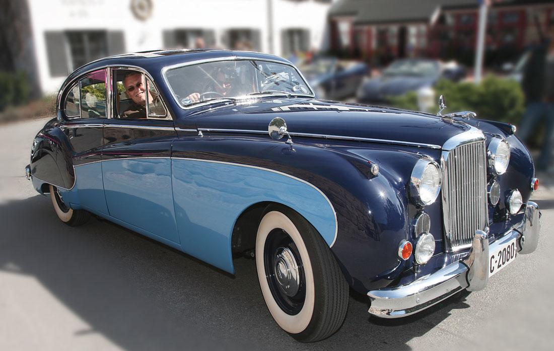 Jaguar Mark IX - den ultimate klassiker? Merk to-tone lakk og den forkrommede pyntelisten som følger skjermenes svungne former.