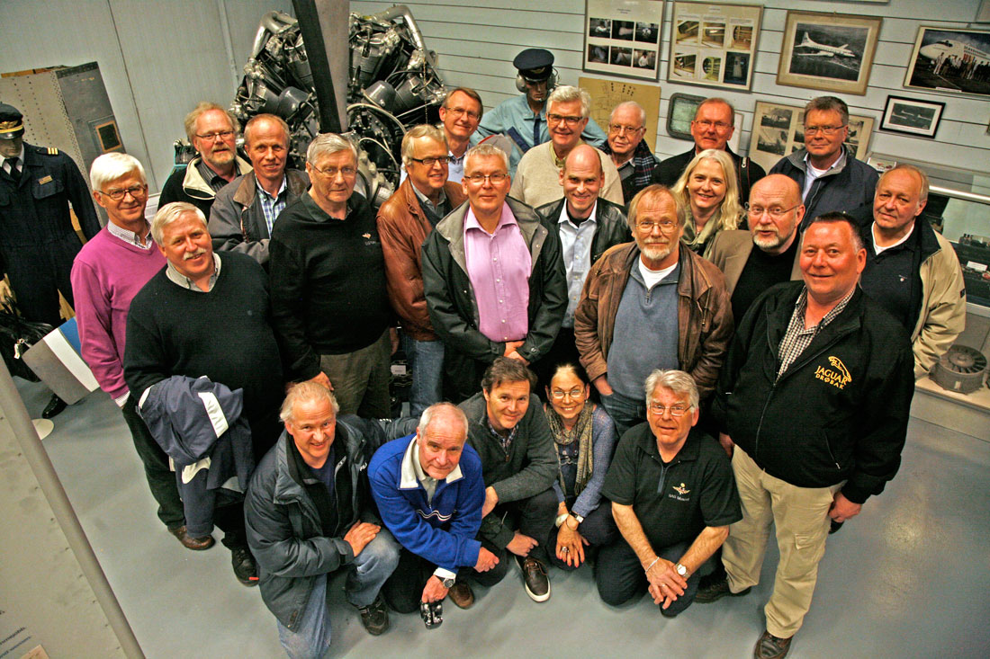 Bare glade ansikter foran en 18-sylindret stjernemotor som skimtes i bakgrunnen på SAS-museet.