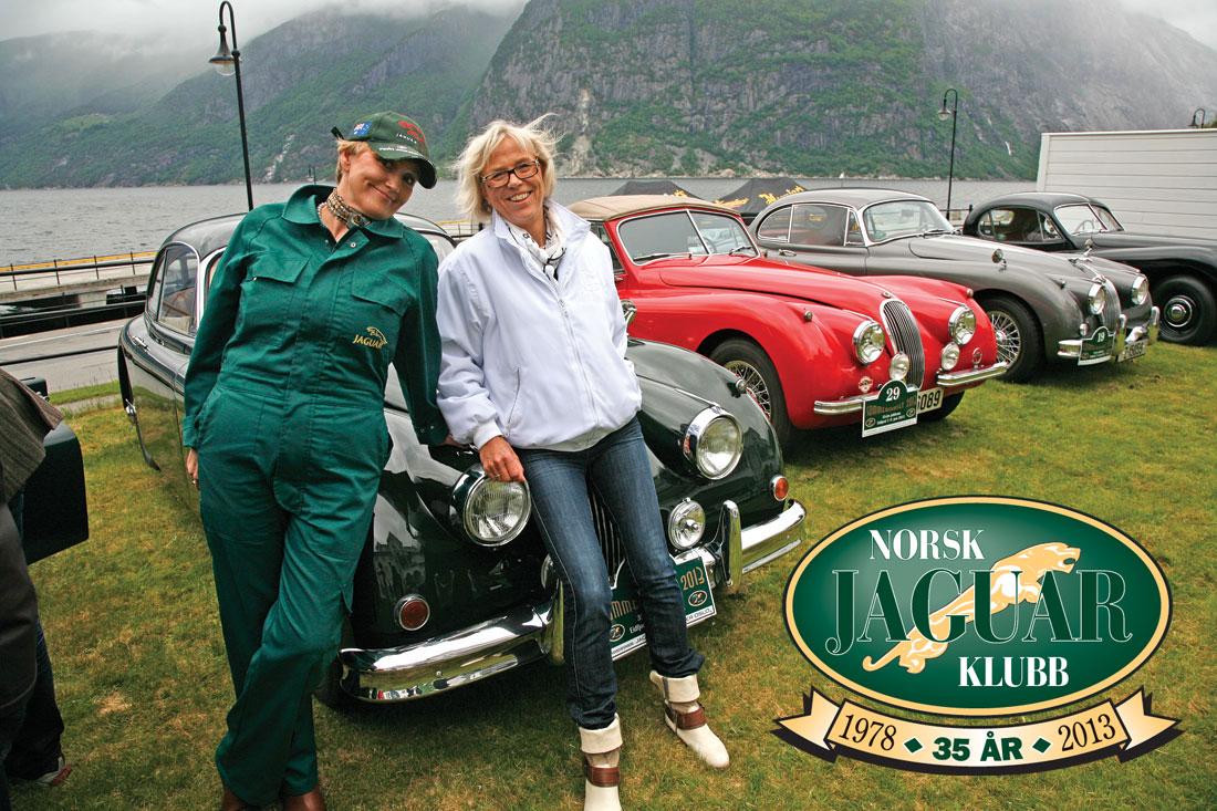 Siri Kleiveland og Sissel Hafsås prøver å smile sola fram under Concurs d'Elegance.